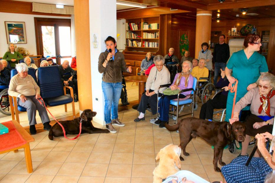 Pet Therapy in casa di riposo con il sostegno della Cassa Rurale ed Artigiana di Cortina d'Ampezzo