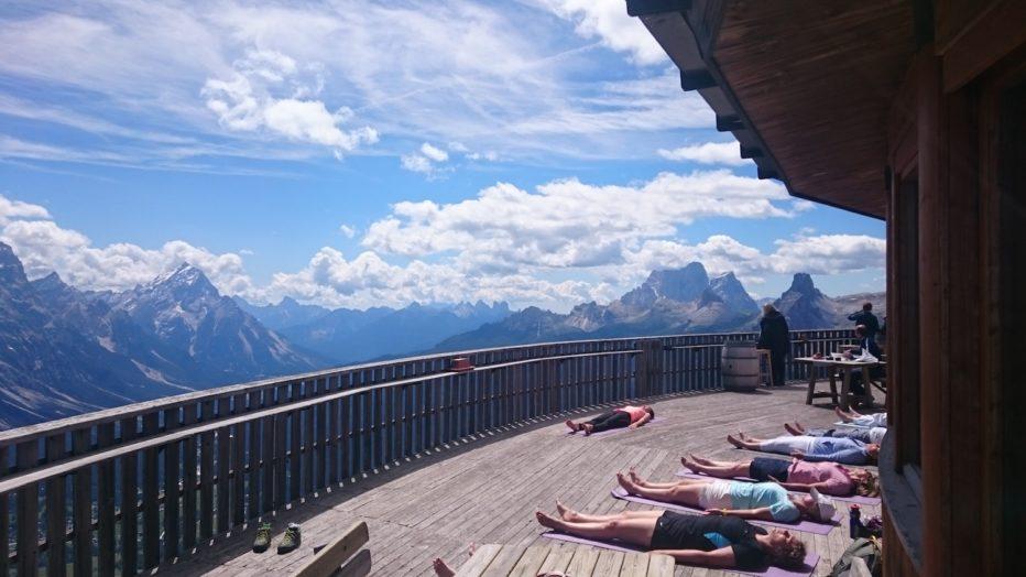 Grande successo per la prima lezione di yoga in alta quota a Capanna Ra Valles
