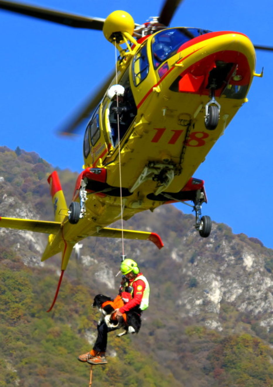 Numerosi interventi in montagna, escursionista perde la vita sul Civetta