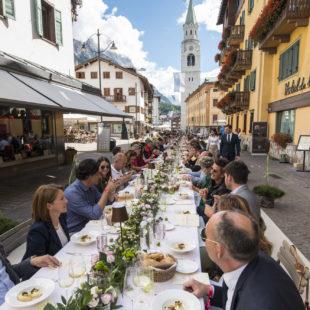 """Tutti pazzi per gli chef del """"The Queen of Taste"""" 2018:  I sapori della montagna invadono il centro di Cortina  in versione glam e street food"""