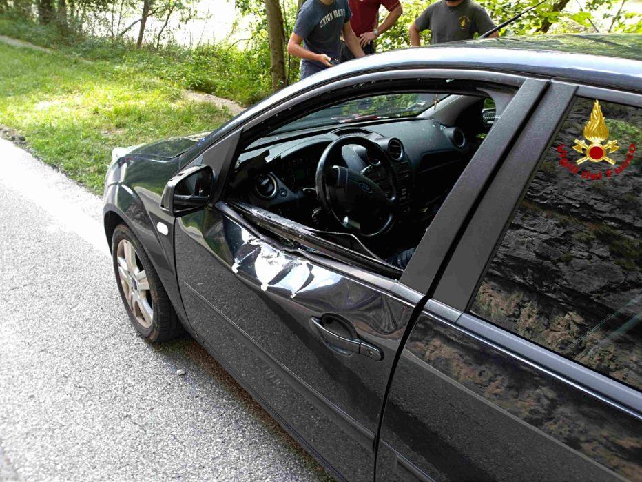 COMUNICATO STAMPA DEI VIGILI DEL FUOCO: sasso su auto in transito
