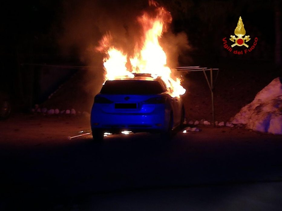 AUTO IN FIAMME A CORTINA.