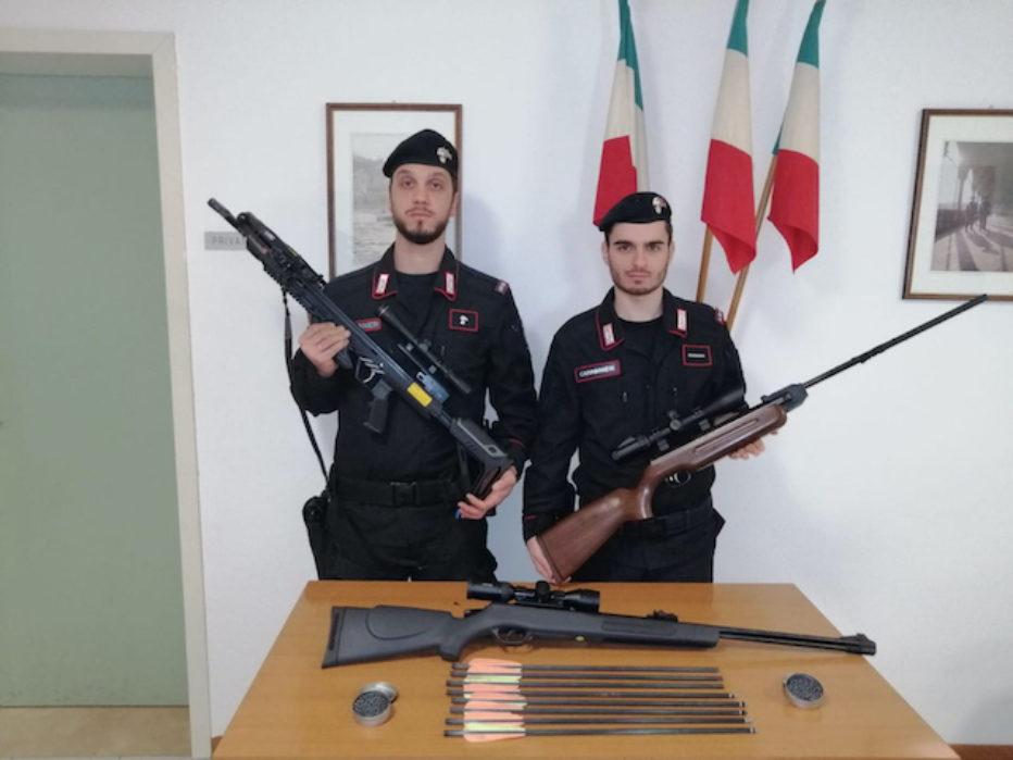I vicini litigano, i Carabinieri trovano una balestra e due carabine